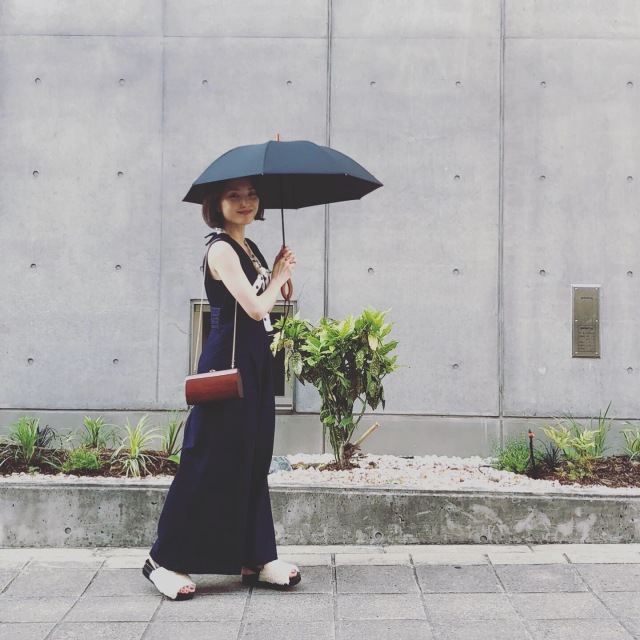 サンバリア100の日傘、無地を選べば大人のコーデになじみます_1_4-1