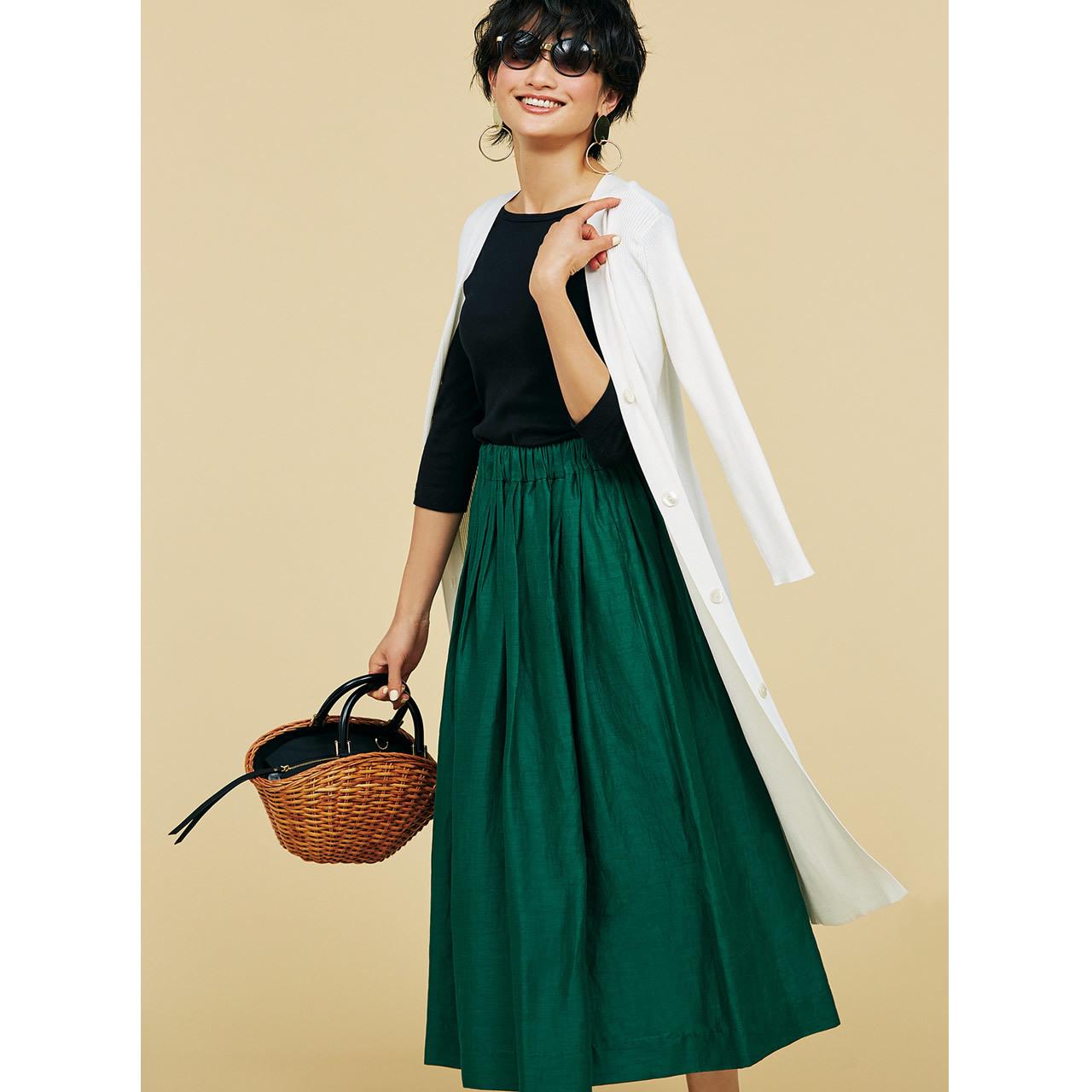 黒トップス×グリーンスカートコーデ