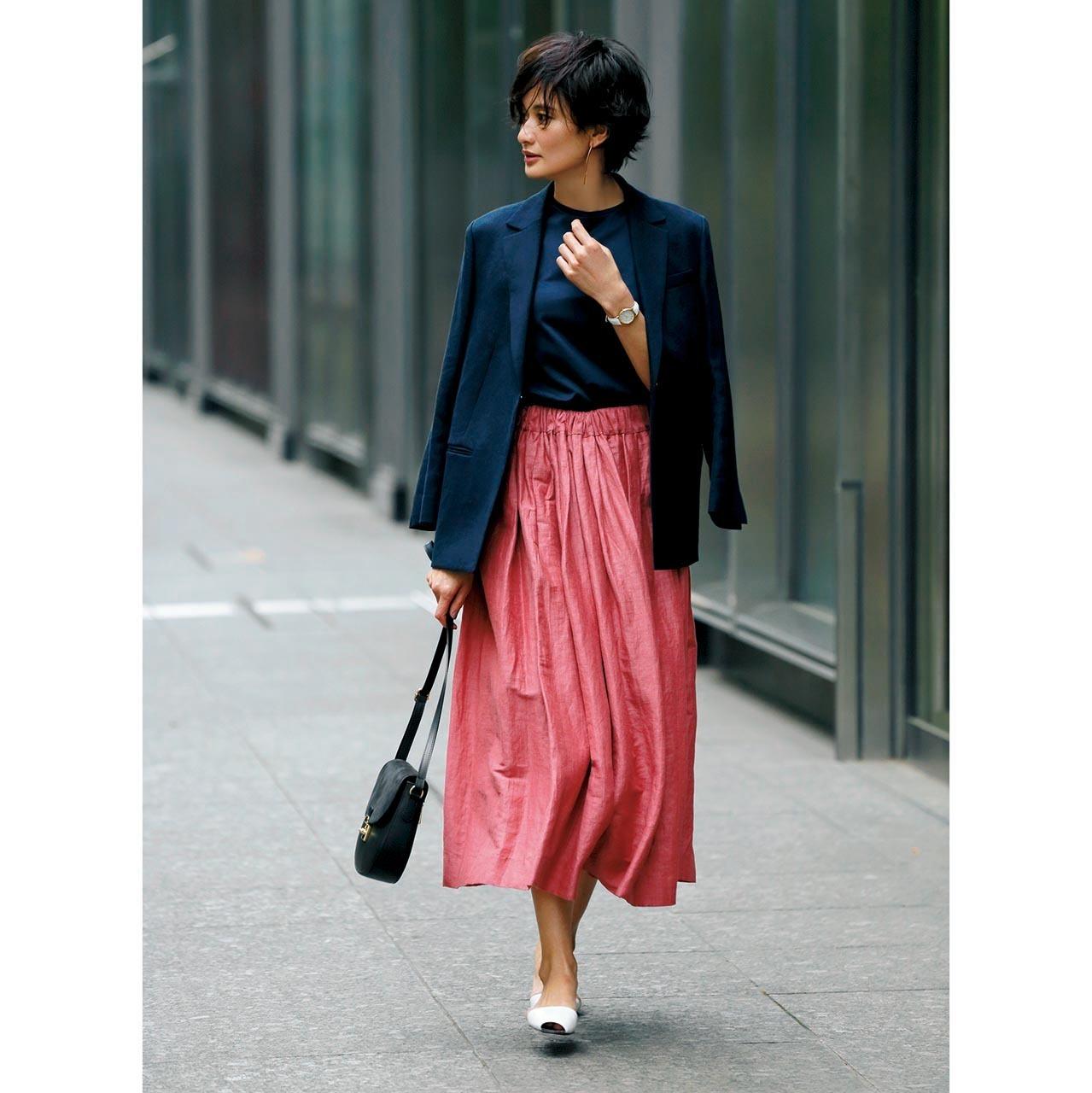 ジャケット×きれい色スカートに白い靴をセレクト
