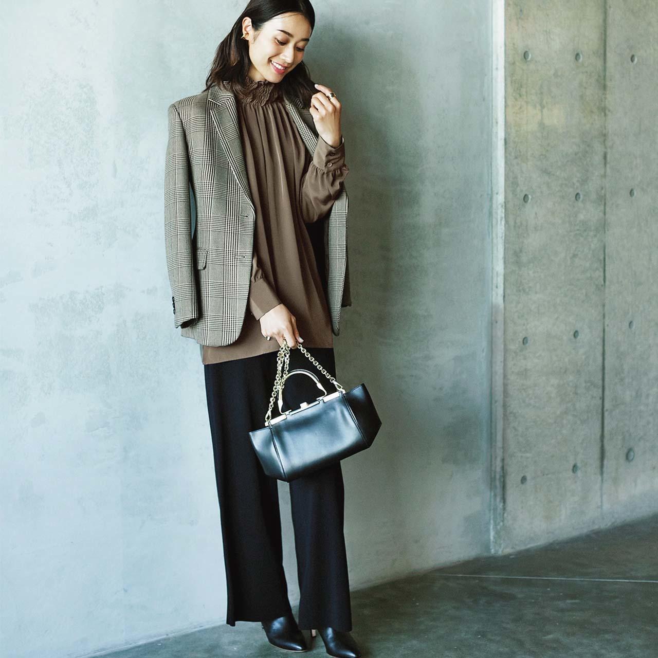 ジャケット×シルク見えブラウス×パンツコーデを着たモデルの牧野紗弥さん