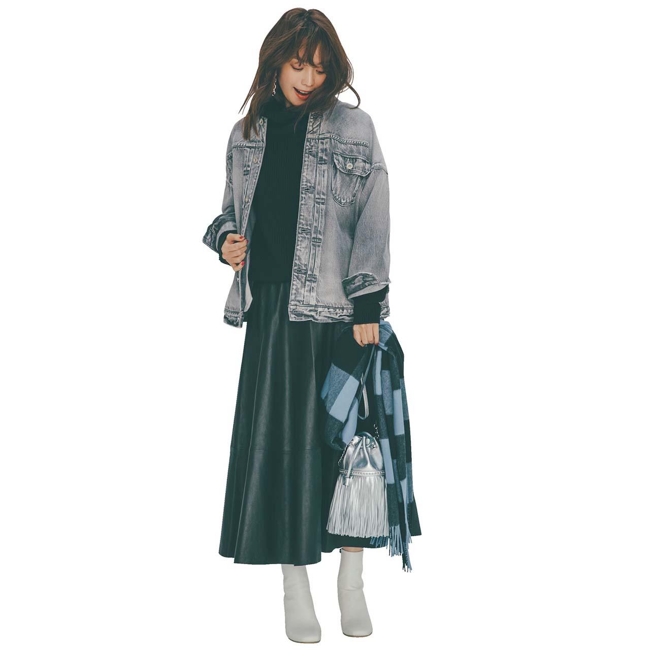 デニムジャケット×ツヤのあるレザースカートコーデを着たモデルの蛯原友里さん