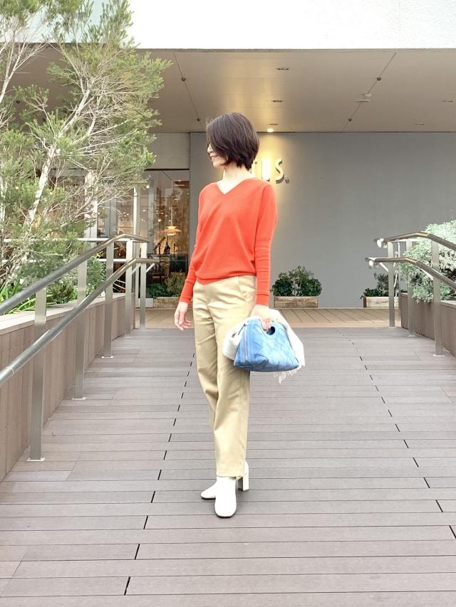 キレのいいオレンジカラーのニットで女っぷり高く_1_1