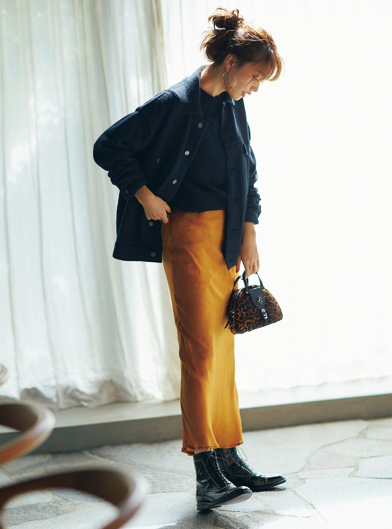 ■ニットジャケット×ツヤありナローシルエットスカートコーデ