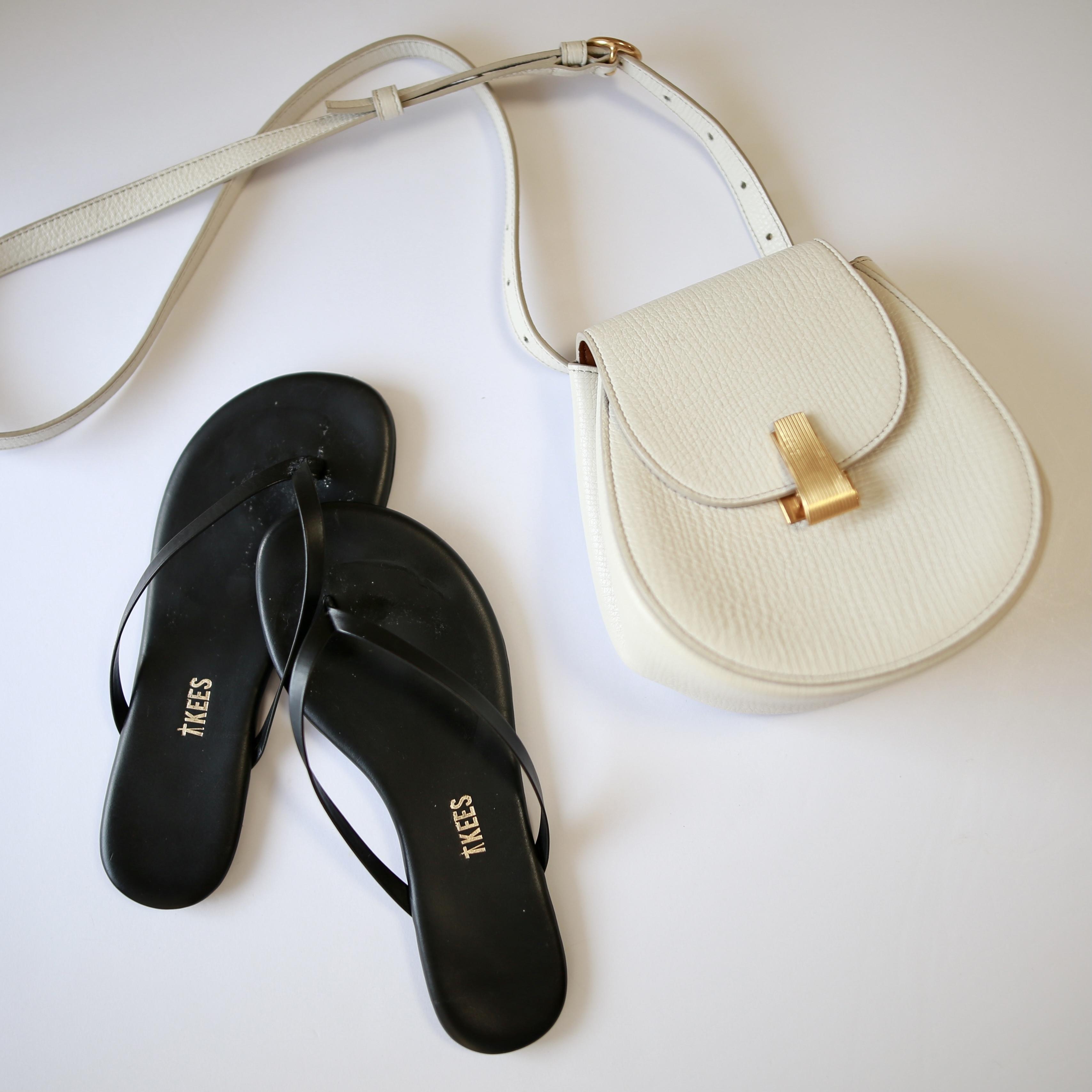 白バッグと黒ビーサンの夏小物