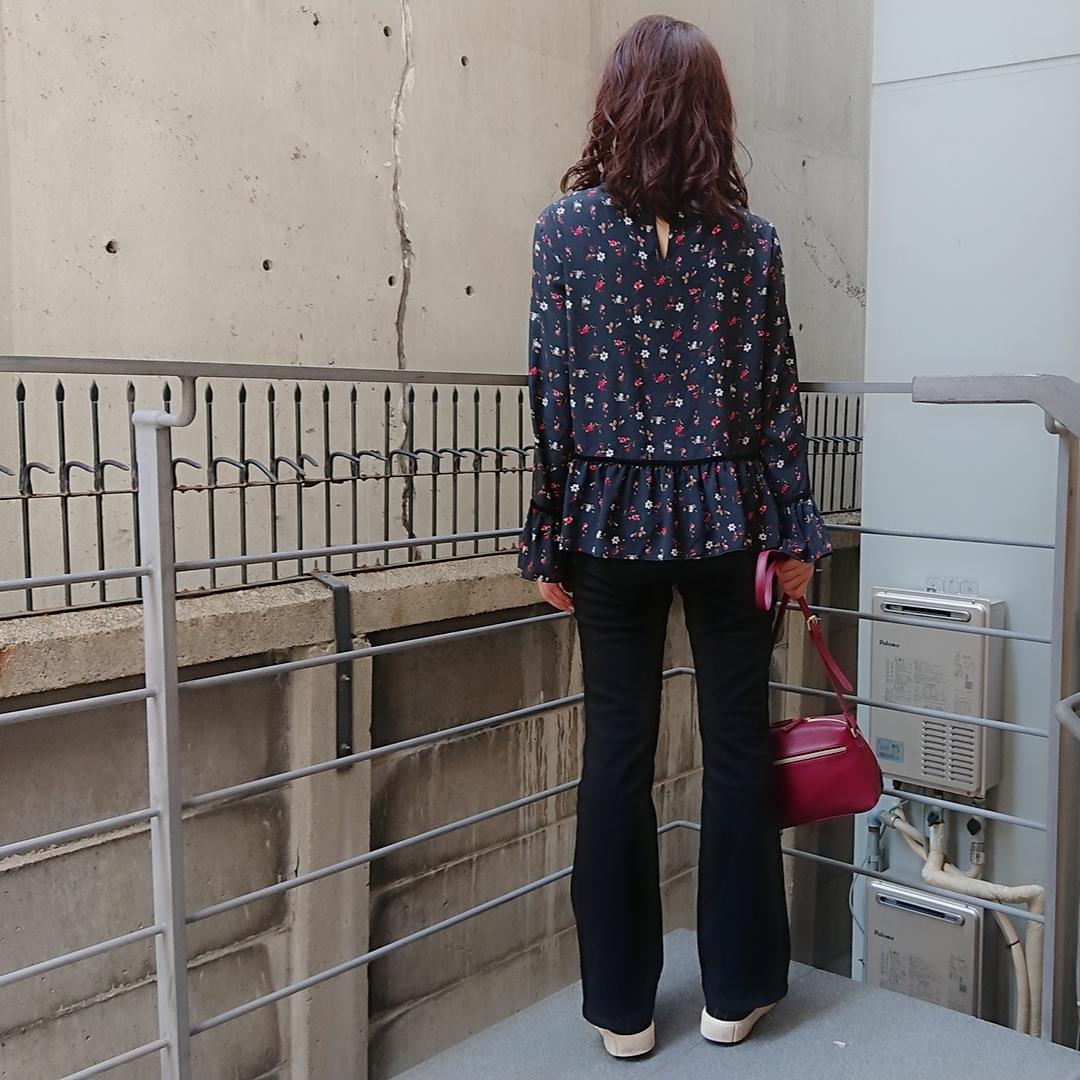 花柄ブラウス  黒フレアデニム   赤バッグ