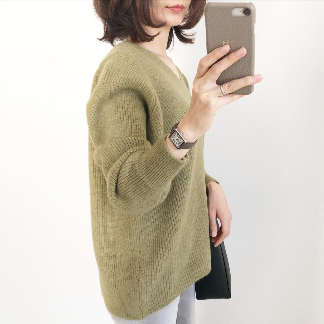 プチプラ!くすみグリーンのVネックニット【tomomiyuコーデ】_1_2