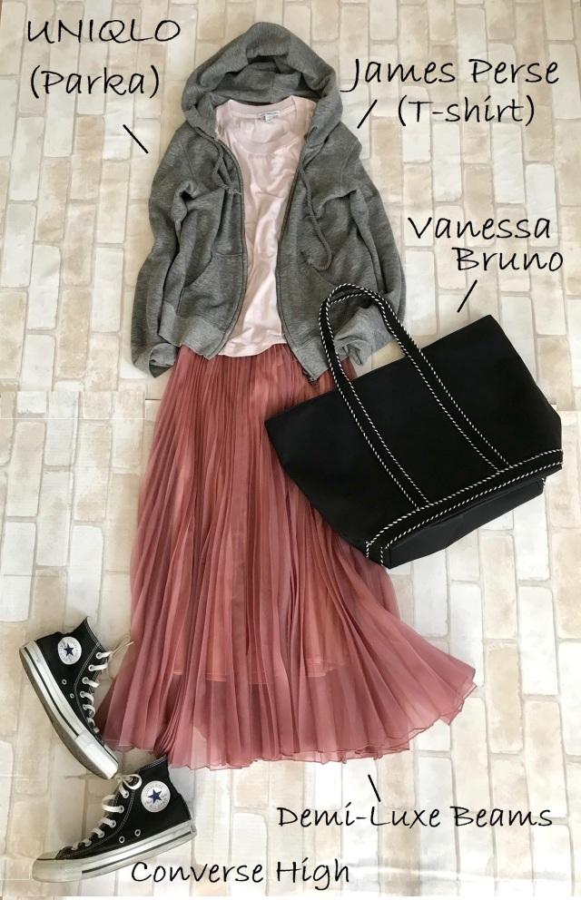 黒コンバースのハイカットスニーカー×パーカ&プリーツスカートのファッションコーデ