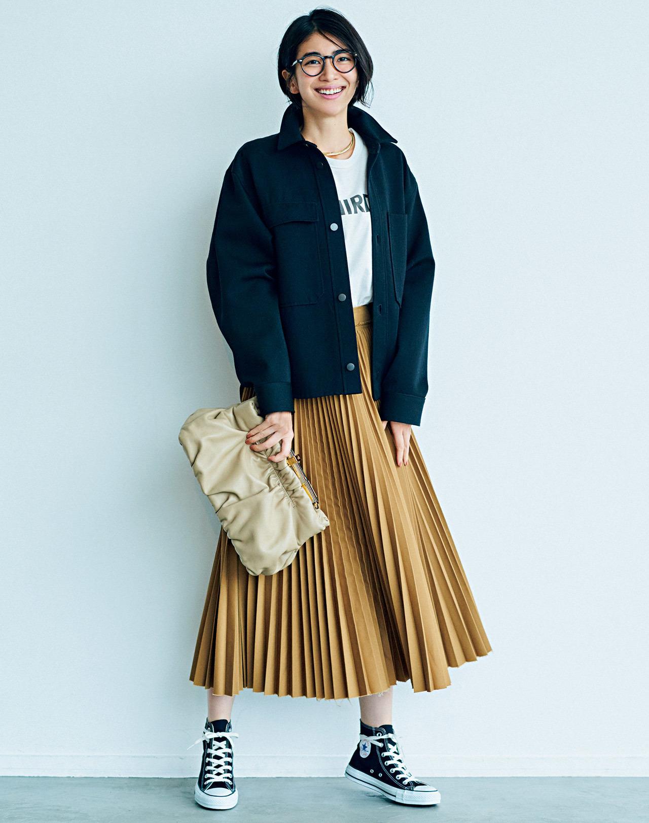 黒のジャケット×白Tシャツ×ベージュのプリーツスカートコーデ