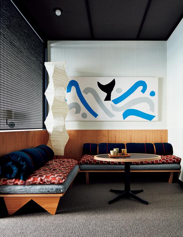 館内や客室にはオリジナル家具やアートを設置