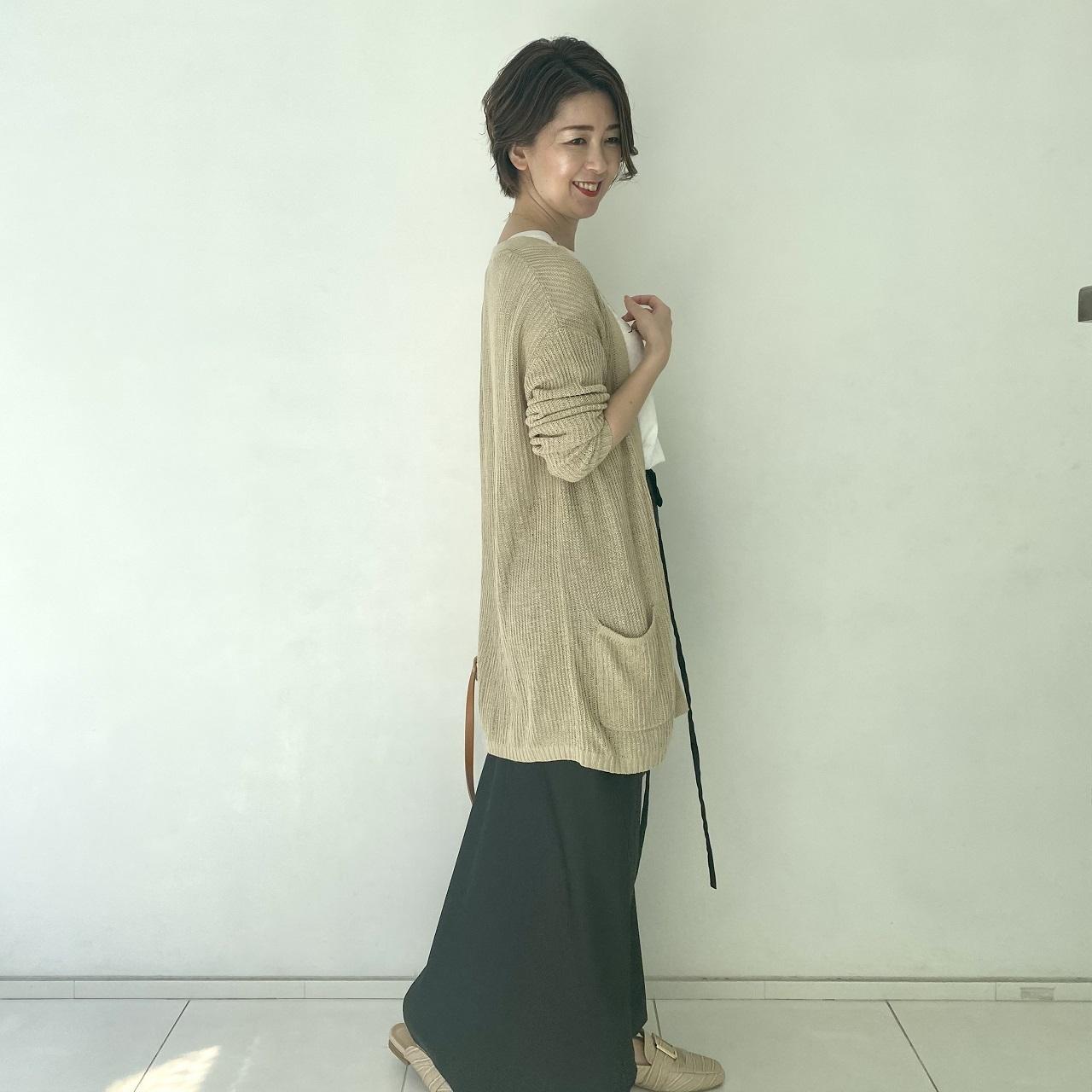 黒ツヤスカート×白ロゴTシャツで力の抜けたリラックスコーデに_1_3