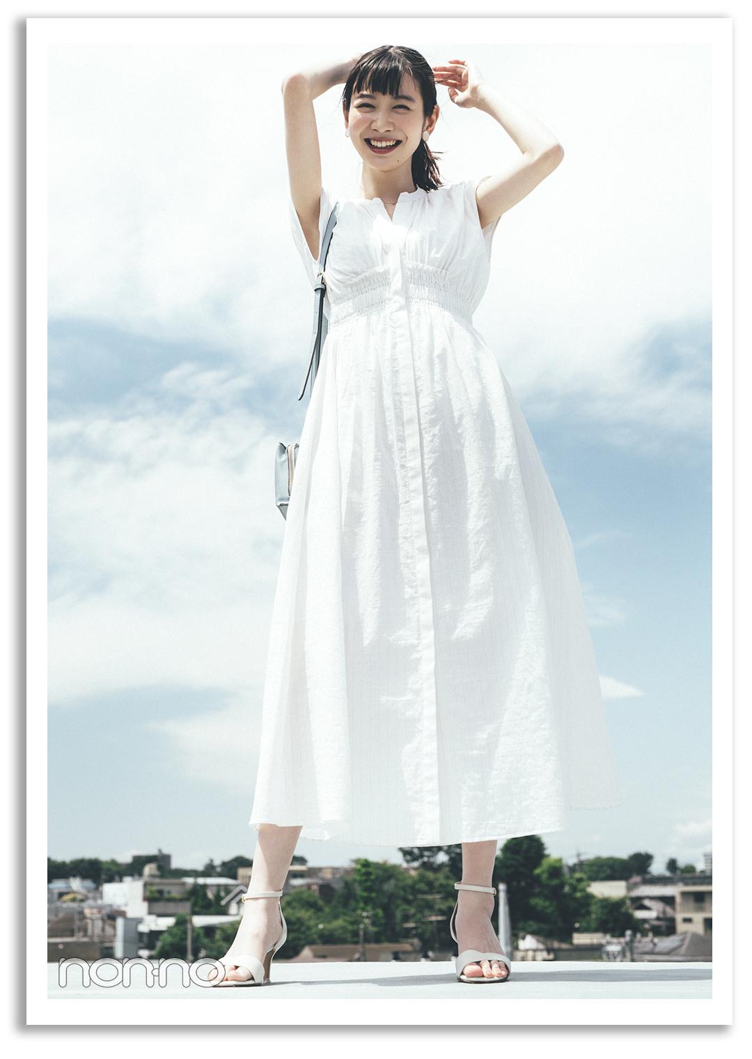 PATTERN2) 清楚な白ワンピに清潔感のある 水色小物をポイント使い♪ 岡本夏美