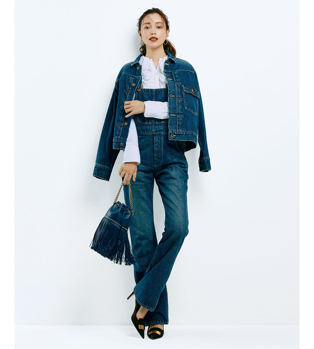 モデル・蛯原友里さんがジャケットとオーバーオールのデニムアップコーデを着用