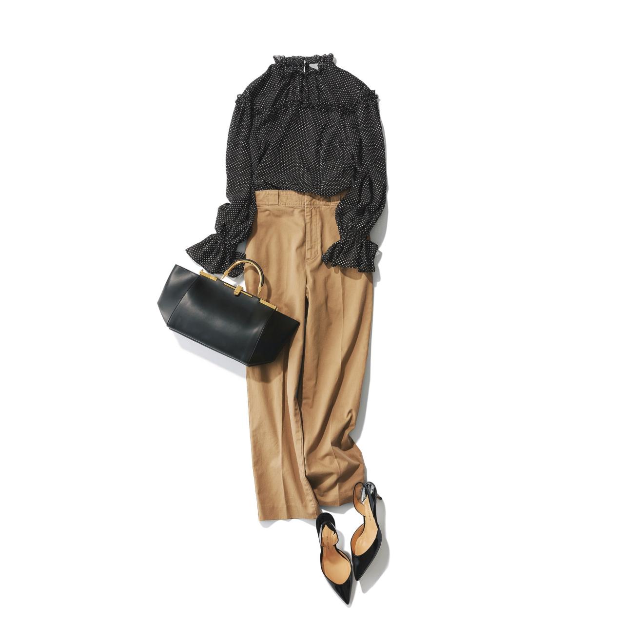 ベージュのチノパンツ×黒のドット柄ブラウスのファッションコーデ