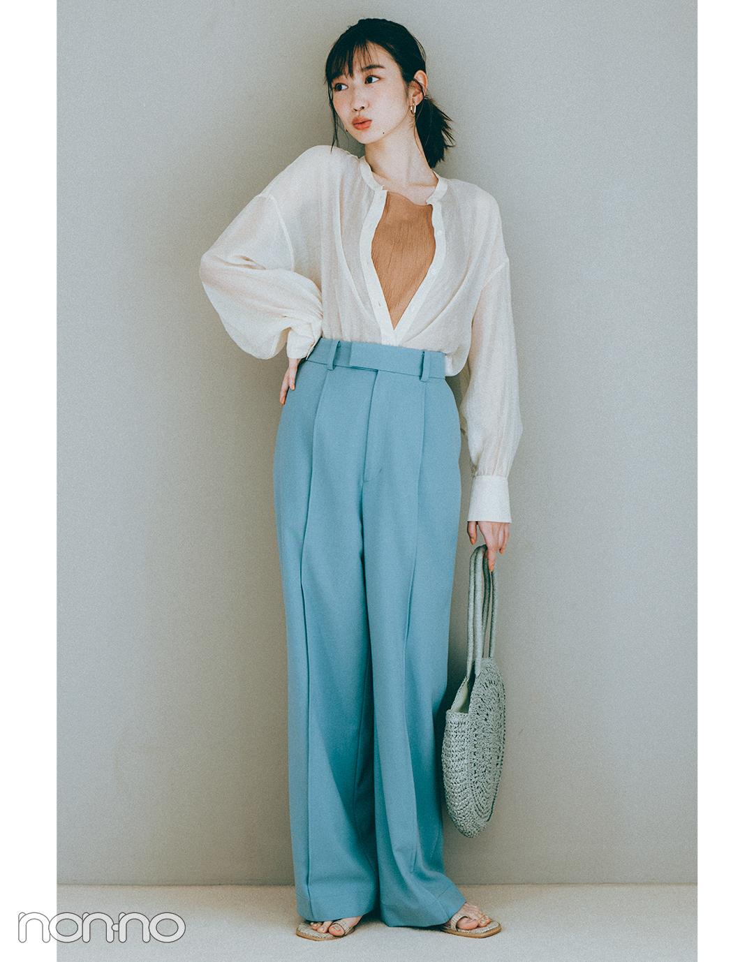 『岡本夏美』の『ブルーのカラーパンツ』モデルカット3-1
