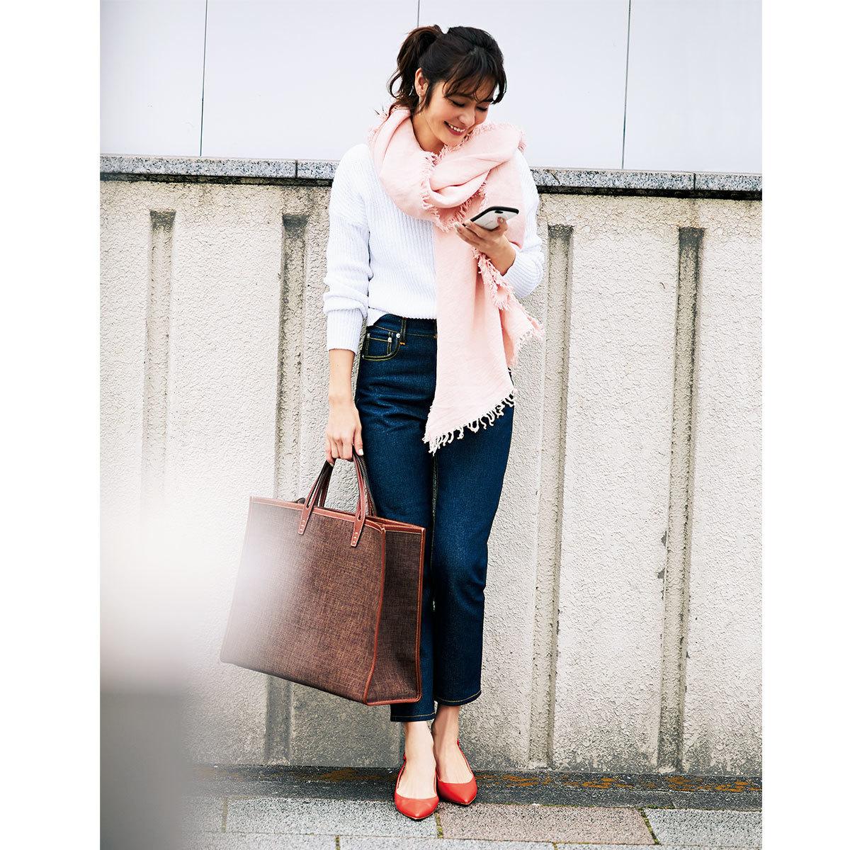 ■白ニット×デニムパンツ×ピンクのストールコーデ