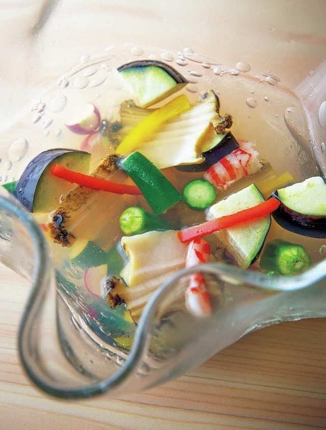 「水貝」。蒸しあわび、 ゆでた車海老に、オクラ、モロキュウ、ラディッシュ、パプリカ、水なす。刷新しただしでジュレ仕立てに。西塚さん作のガラスの器に盛る
