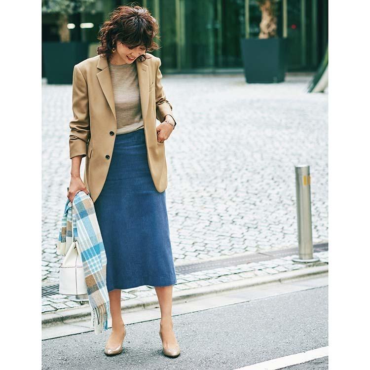 キャメルのテーラードジャケット×タイトスカートコーデ