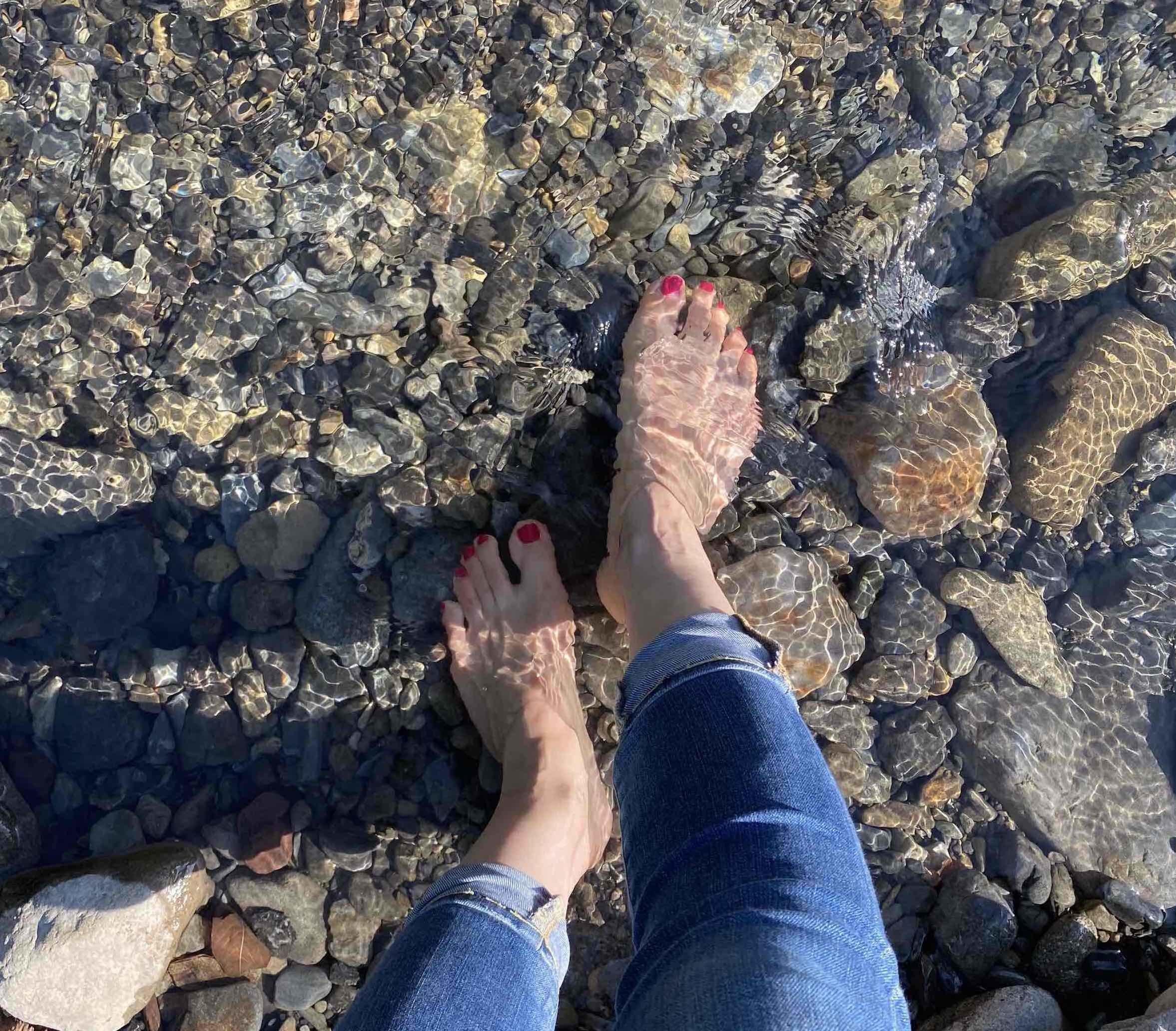 足を川に入れましたが冷たかったけど気持ちよかった