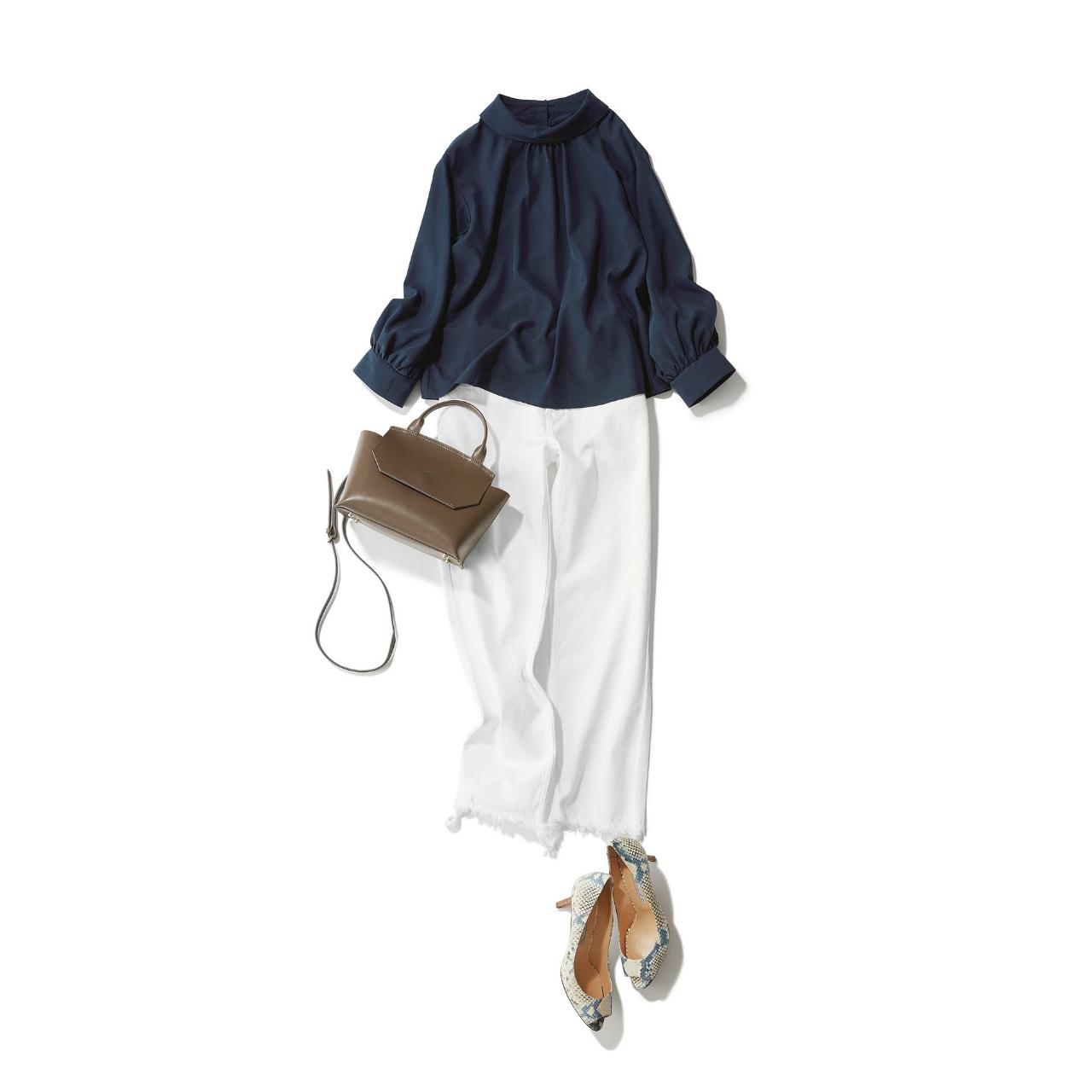 ネイビーブラウス×白パンツのファッションコーデ