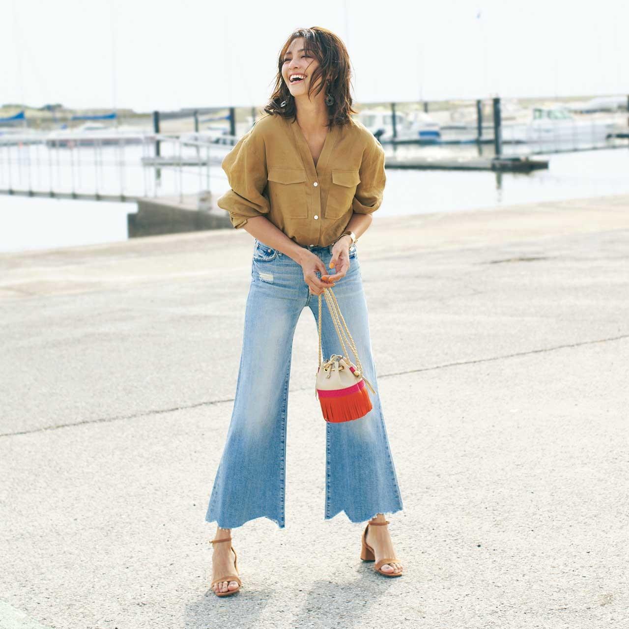 ベージュのシャツ×デニムコーデを着たモデルのRINAさん