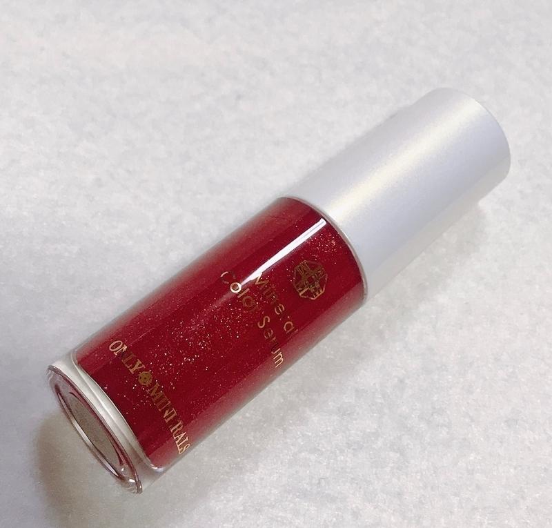 オンリーミネラルの2019クリスマスコフレに入っているリップ美容液は鮮やかな赤