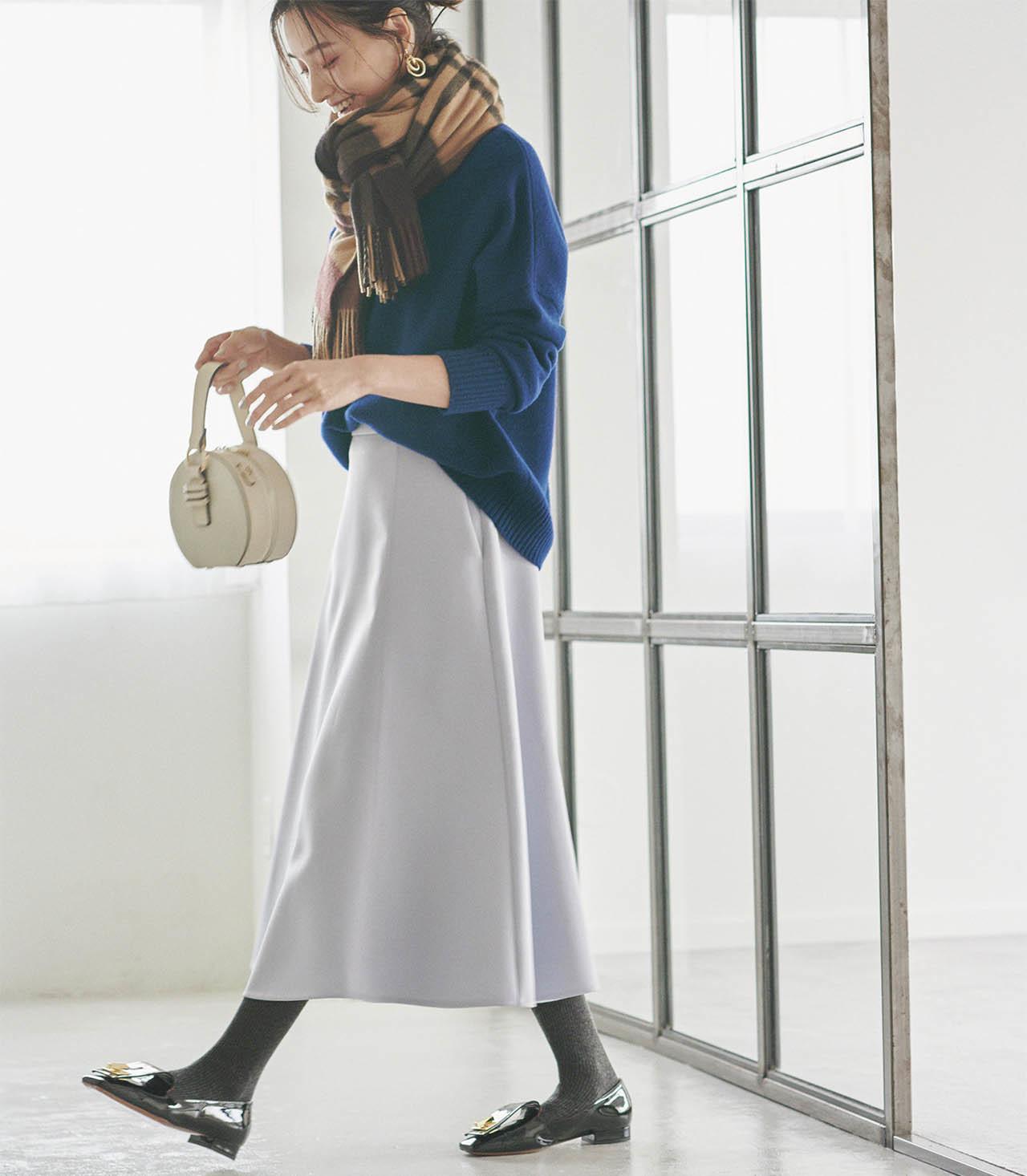くすみパステルカラーのスカートとチャコールグレーのタイツ
