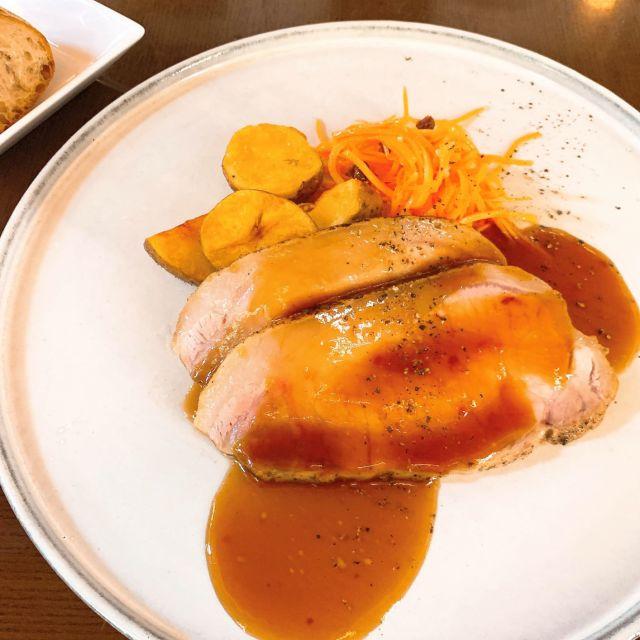 メイン:サンデートーストポークとキャロットラペ グレービーソース