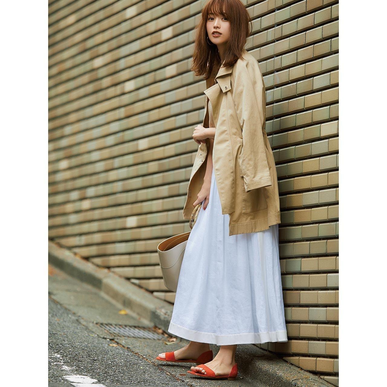 ベージュのジャケット×白スカートコーデ