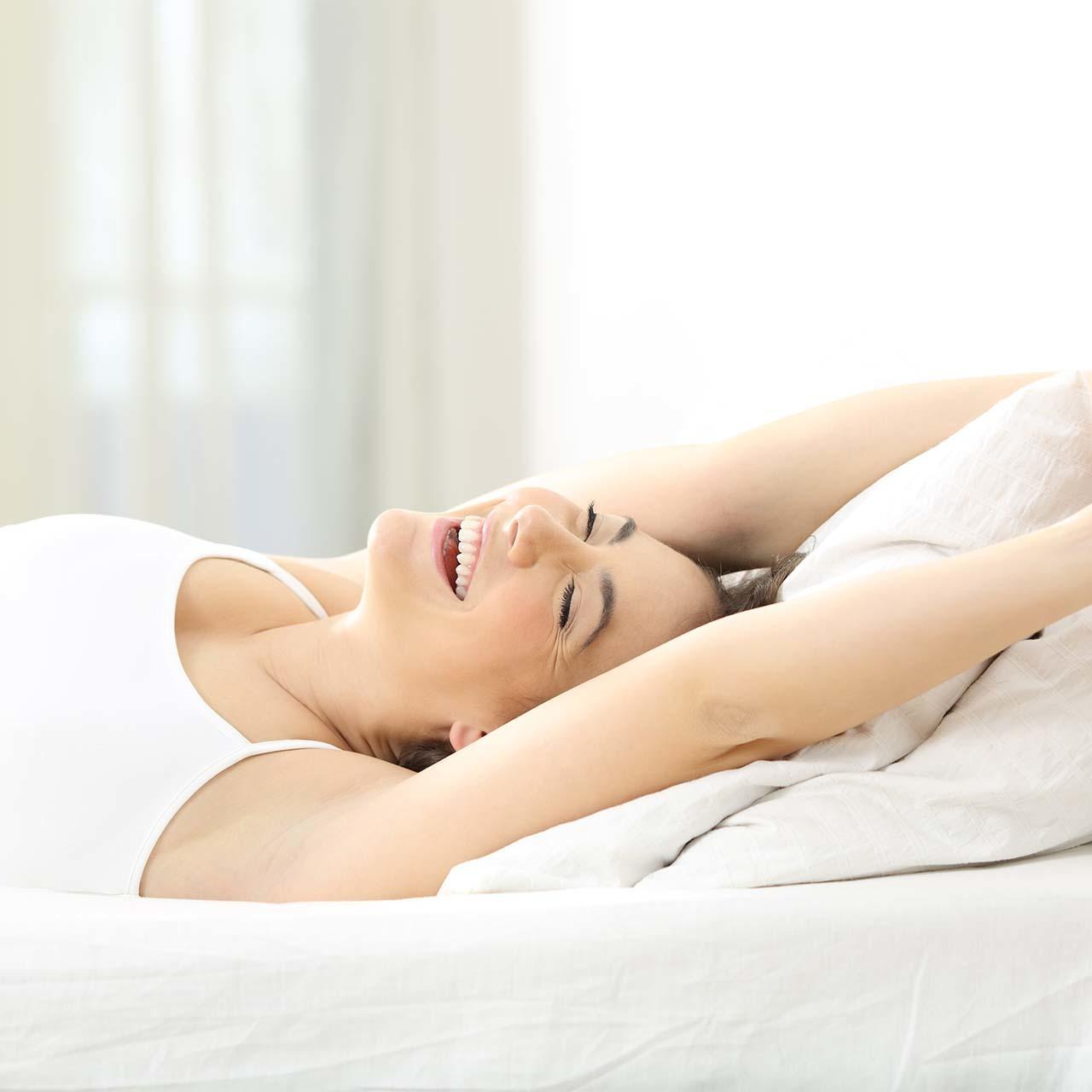 たっぷり睡眠を摂って笑顔の女性