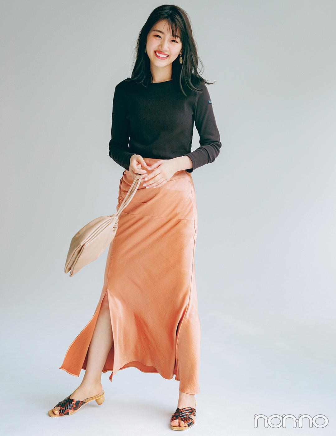 ツヤ感たっぷりのスカートでフェミ度を上げて可愛く目立つ秋コーデ【毎日コーデ】