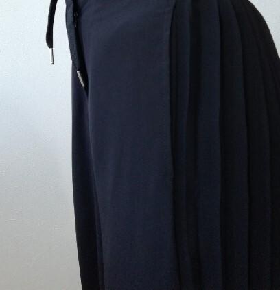 HAREのブラックワイドパンツ。両サイドに透け感プリーツが入っています