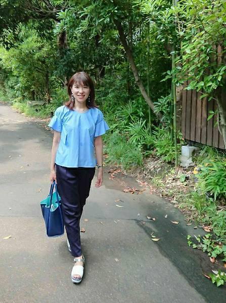 緑の公園を散策。気取らない普段使いのスタイル。紺のパンツにトップスはアウトで パンツStola