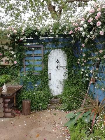 どこかのおうちみたいなドアと庭