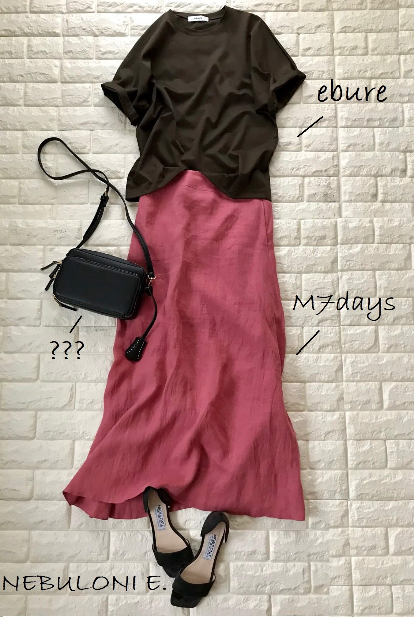 ピンクのリネンスカートにブラウンのTシャツを合わせたフェミニンコーデ