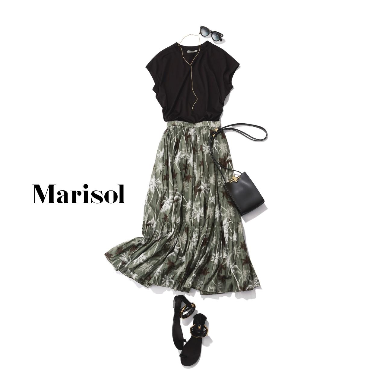 40代ファッション 黒Tシャツ×柄スカートコーデ