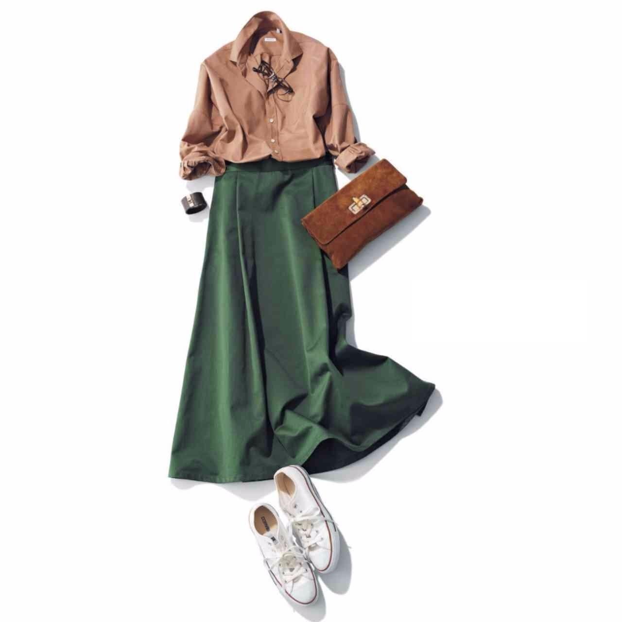 白コンバースのローカットスニーカー×シャツ&スカートのファッションコーデ