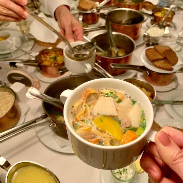 野菜もたっぷり。食事の初めに温かいスープを食べて胃の準備運動をします。