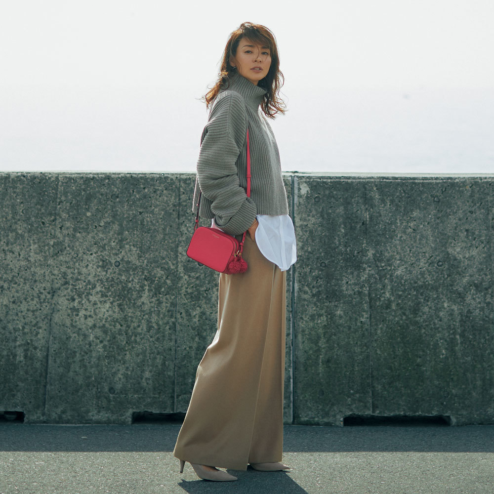 ピンクバッグ×モカ&キャメルのファッションコーデ