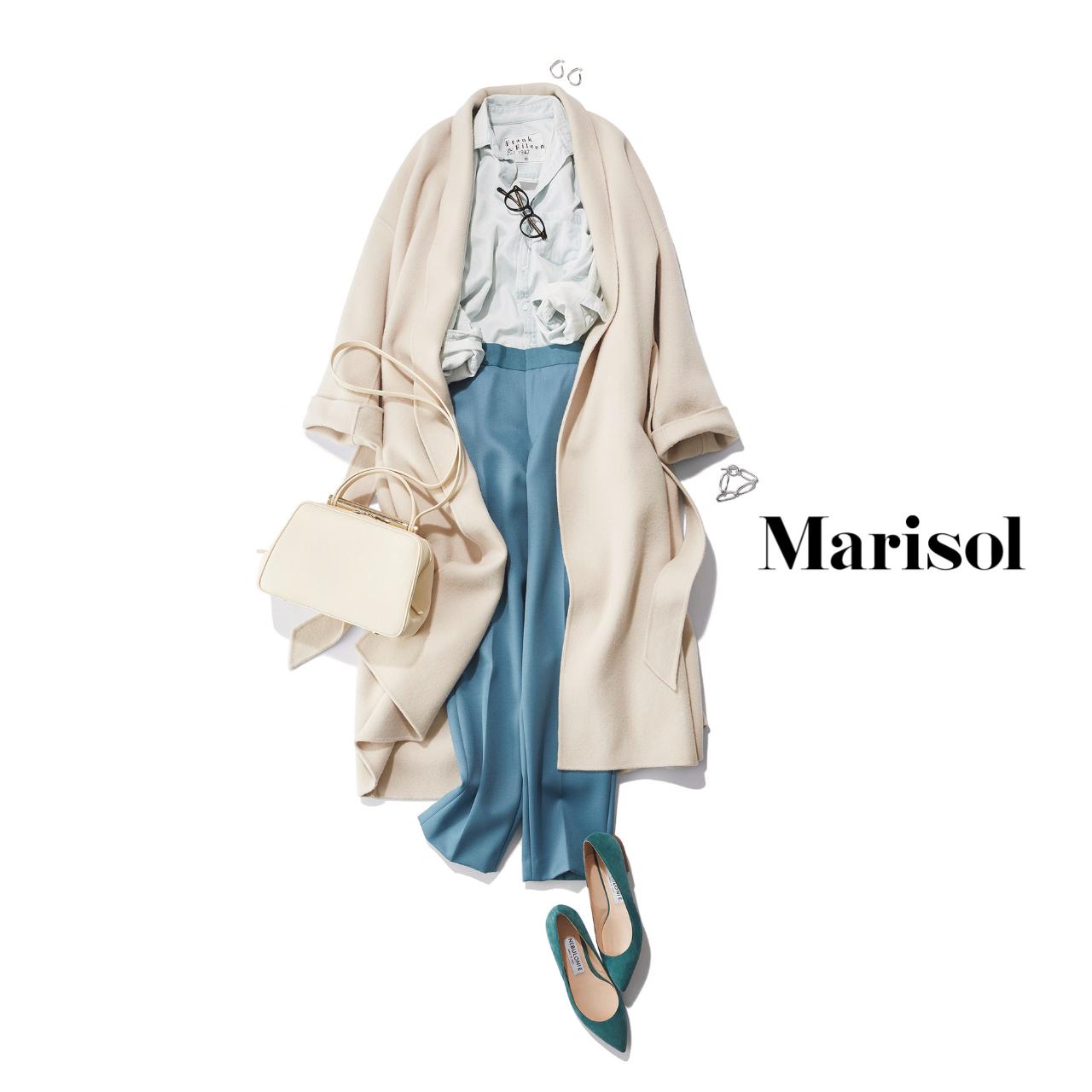 40代ファッション 白コート×くすみ淡ブルーシャツ×くすみブルーパンツコーデ