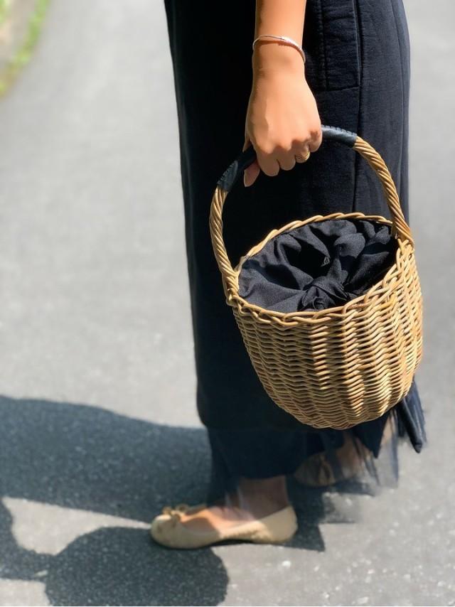 今年のかごバッグは、ジェーン・バーキン風のバスケットバッグでリラックスな装いに。_1_2