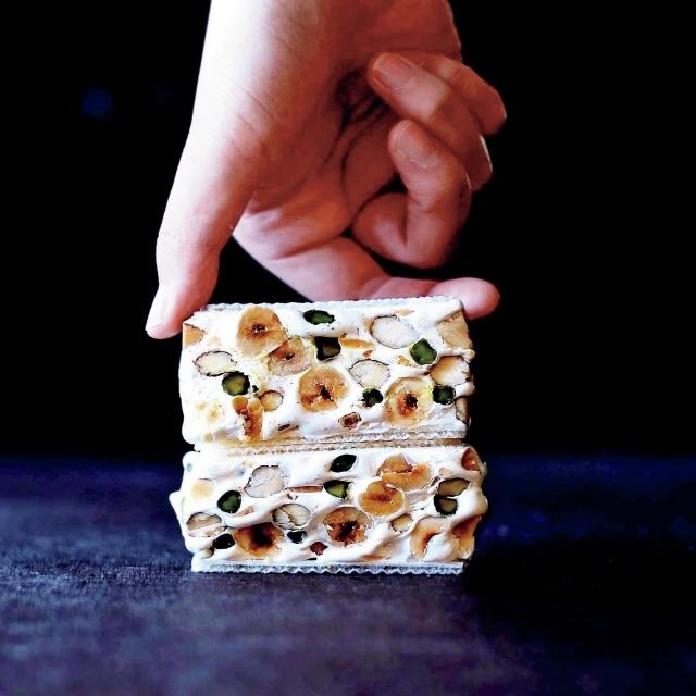「ヌガー」。従来のものと異なり、ふわっとした口当たりで、ビターアーモンドとミルクが香り、カリッと香ばしいナッツが盛りだくさん詰まった逸品。各¥330