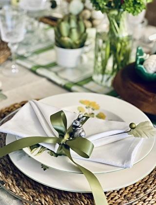 テーブルナプキンをグリーンのリボンで結んでいます。