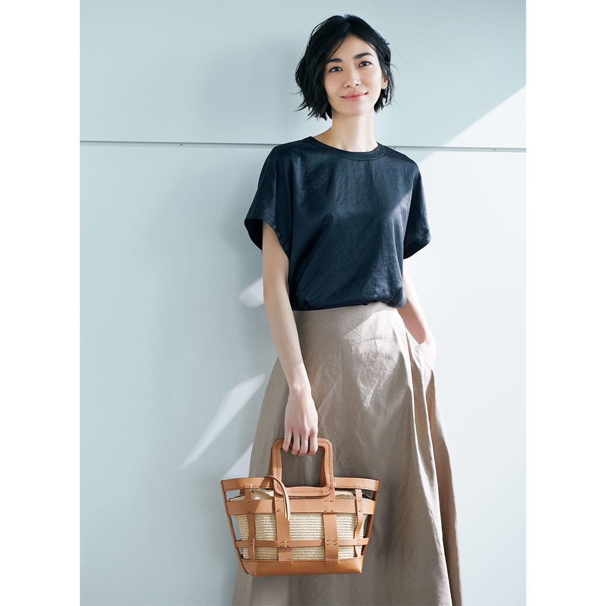 ■サテン素材のネイビートップス×ライトブラウンのスカートコーデ
