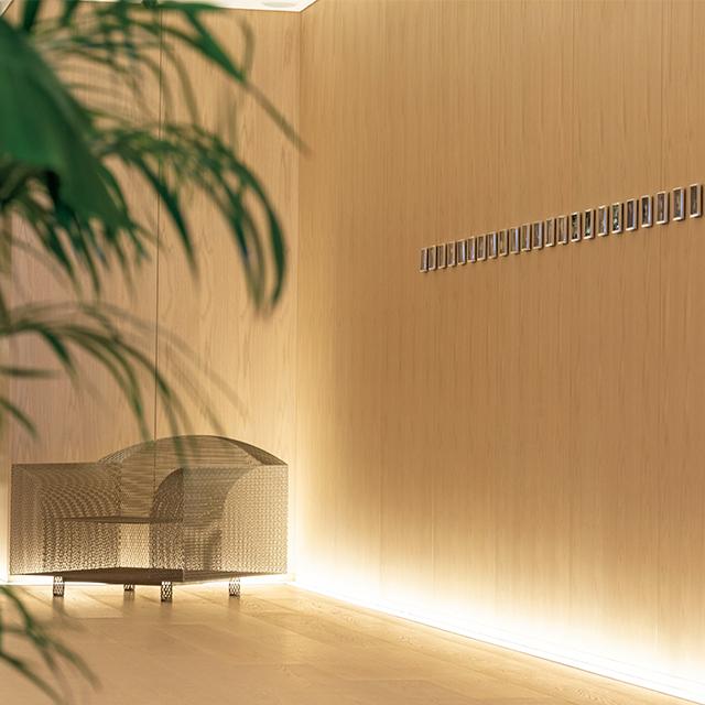 31階エレベーターホールでは、デザイナー・倉俣史朗作の名作チェアと写真家・渡辺克巳作の昔の新宿の写真