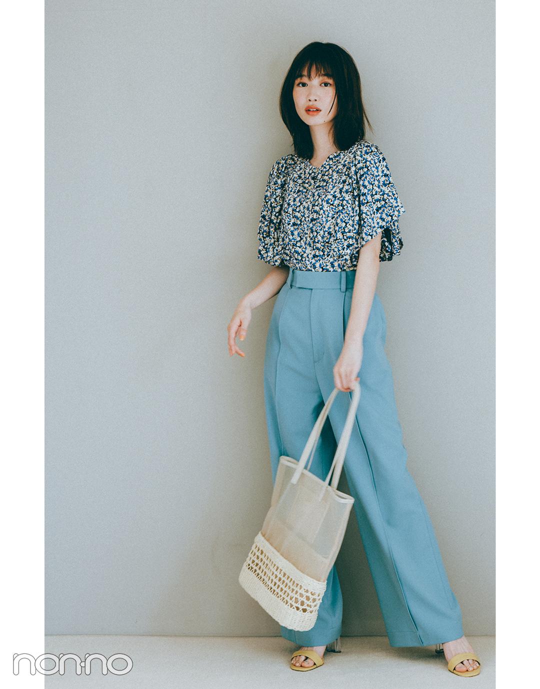 『岡本夏美』の『ブルーのカラーパンツ』モデルカット3-3