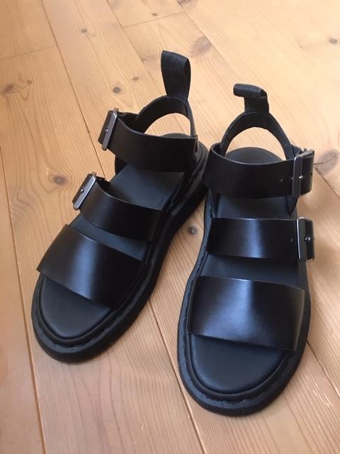 タイトスカートにDr.Martensの定番レザーサンダルを靴下合わせ☆_1_1-1
