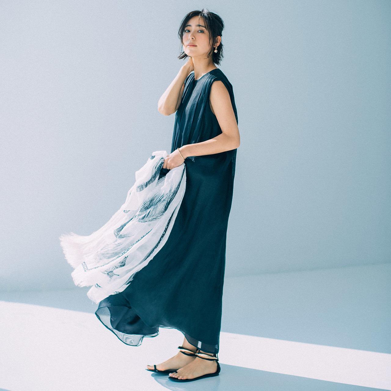 黒のノースリーブワンピースコーデを着たモデルの小泉里子さん