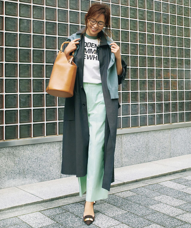 ステンカラーコート×ロゴTシャツ×パンツコーデ