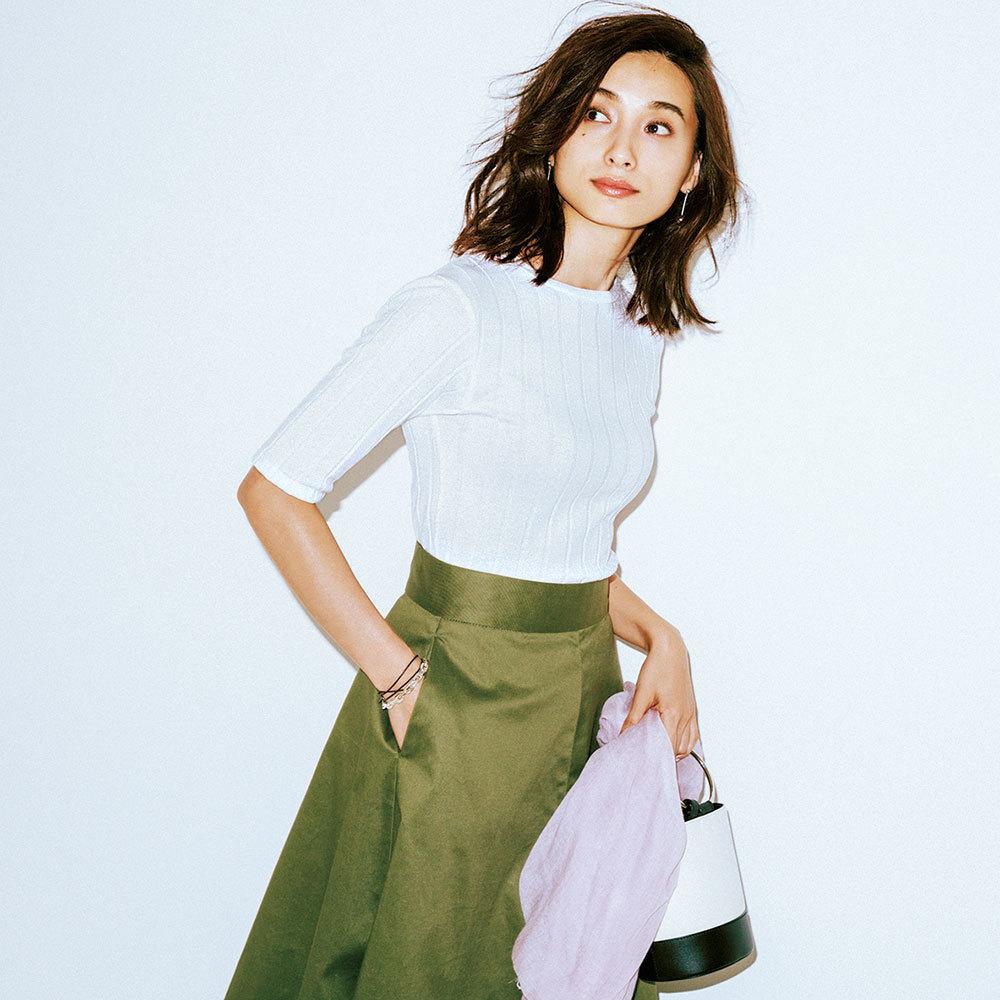 リブTシャツ×スカートコーデ