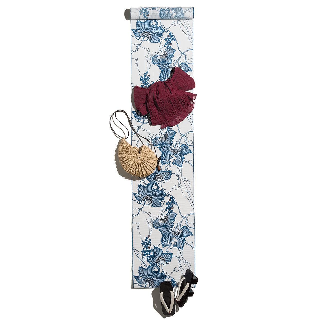白地に紺のブドウ柄の浴衣コーデ